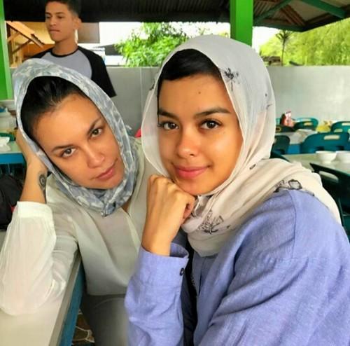 Sophia dan Eva berkerudung putih saat ke Pidie Jaya